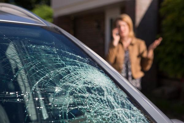 Разбили стекло в машине что делать есть
